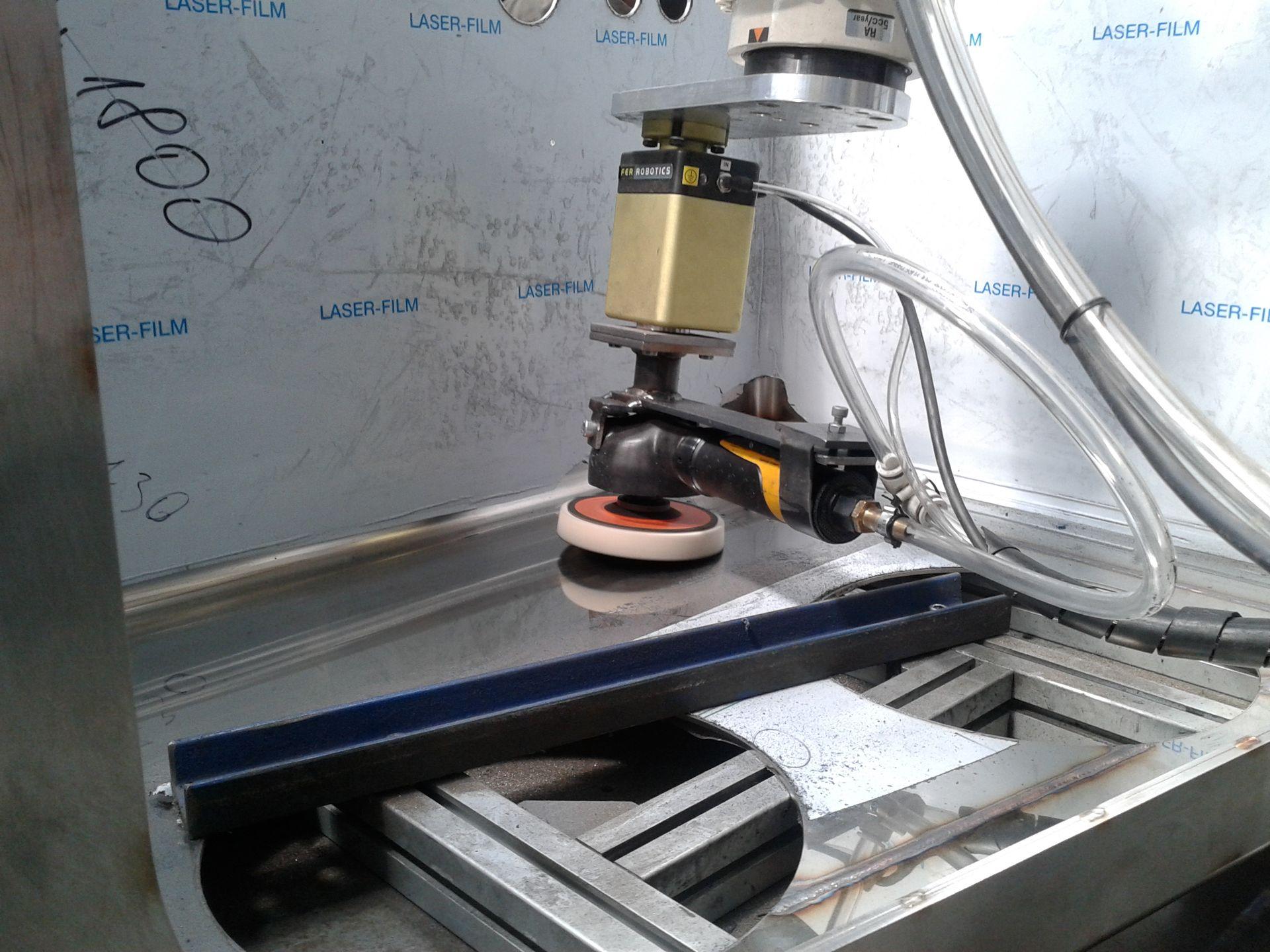Dokonalé leštenie materiálov zabezpečuje systém výmeny brúsnych a leštiacich kotúčov