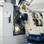 Roboty vedia obsluhovať množstvo strojov, od CNC obrábacích centier až po priemyselné práčky